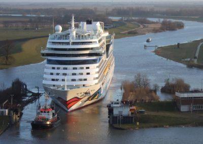 AIDAsol bei der Durchfahrt durch die Werftschleuse
